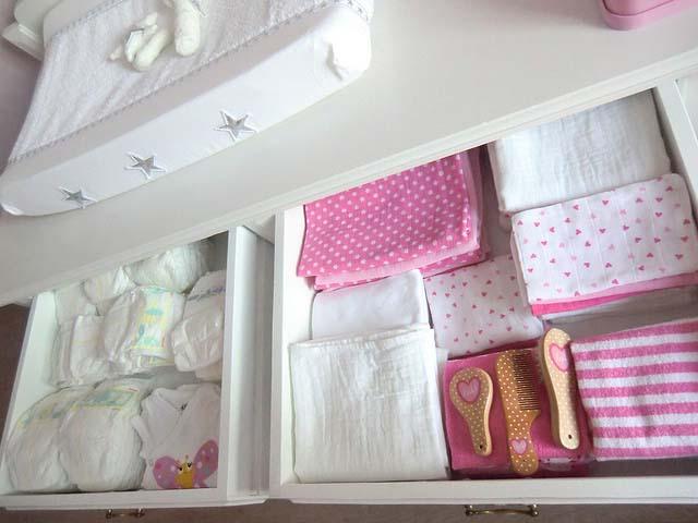 Queen Ann Slaapkamer : Landelijke Babykamer Met Een Brocante Commode ...